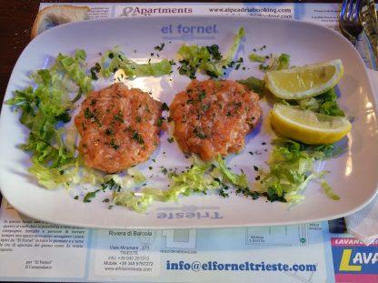 Tartar di salmone fresco servito freddo.