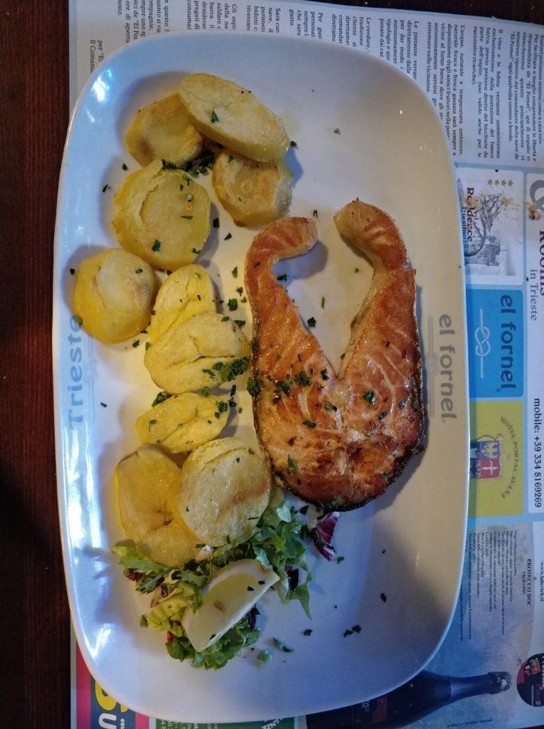 Trancio di salmone fresco con patate grigliate.