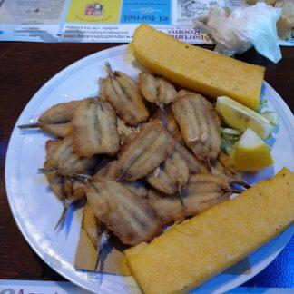 Sardoni inpanati con polenta grigliata